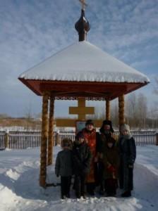 Учащиеся воскресной школы на молебне у Часовни Новомучеников и Исповедников Российских